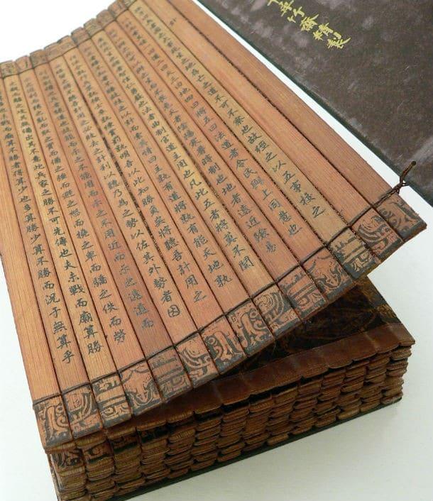 Copia su bambù della parte iniziale dell'Arte della guerra, trascritta sotto l'imperatore Qianlong. Collezione della University of California, Riverside.